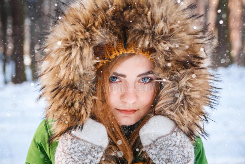 Winterportrait der jungen Frau Nahaufnahmeportr?t des gl?cklichen M?dchens Bestimmtheit ausdr?ckend, richten Sie brightful Gef?hl lizenzfreies stockbild
