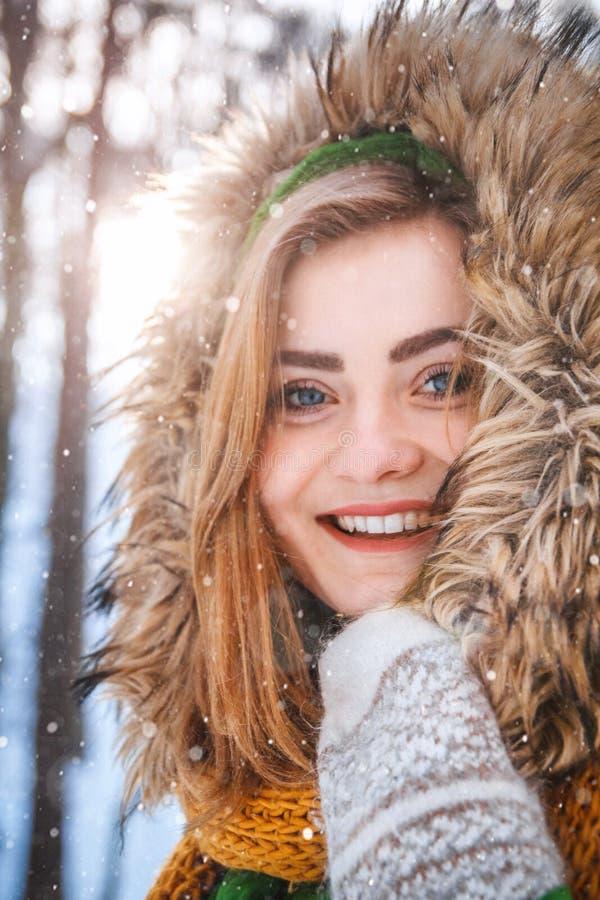 Winterportrait der jungen Frau Nahaufnahmeportr?t des gl?cklichen M?dchens Bestimmtheit ausdr?ckend, richten Sie brightful Gef?hl lizenzfreie stockbilder