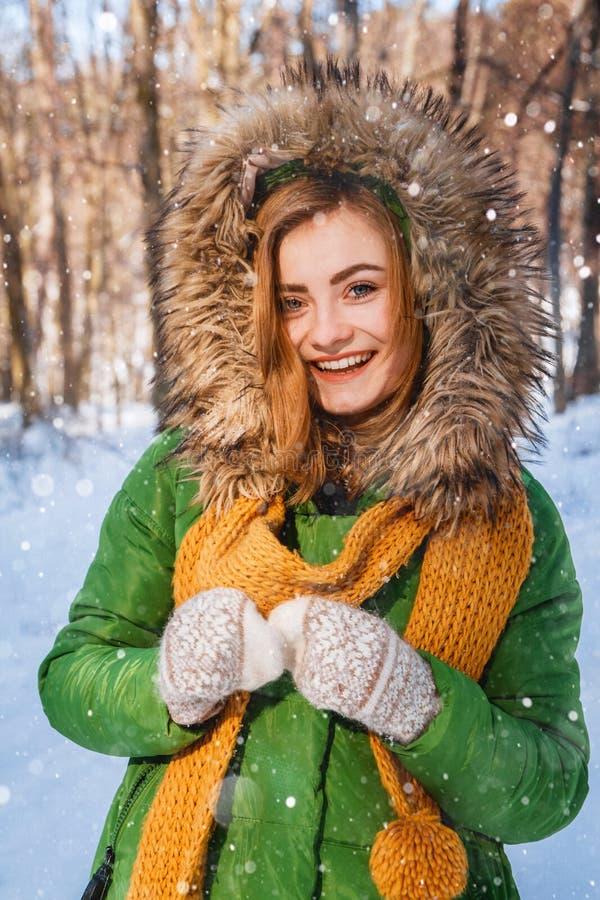 Winterportrait der jungen Frau Portrait des gl?cklichen M?dchens Bestimmtheit ausdr?ckend, richten Sie brightful Gef?hle aus lizenzfreie stockfotos