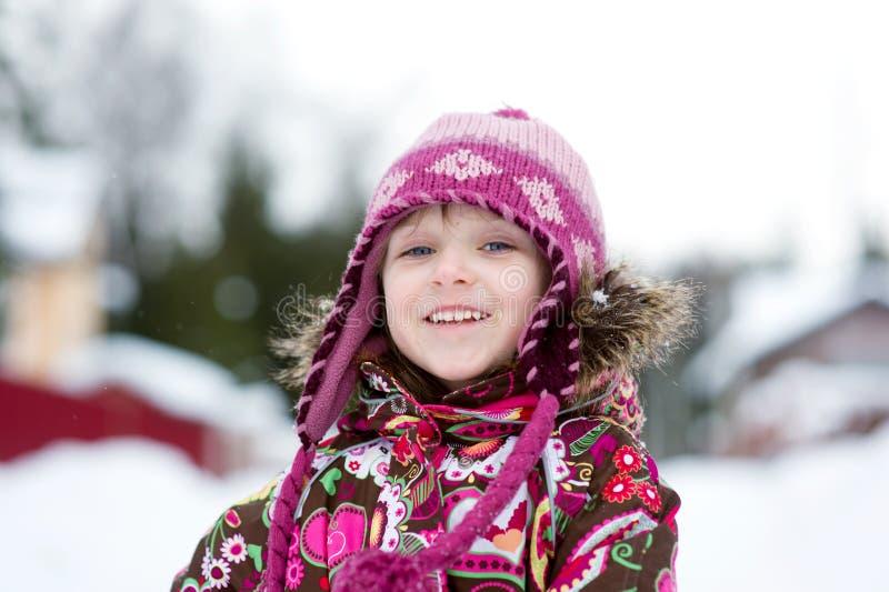Winterportrait des entzückenden Kindmädchens im Überbrücker lizenzfreies stockfoto