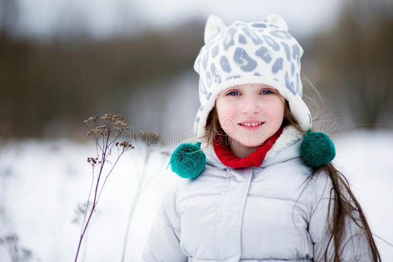 Winterportrait des entzückenden lächelnden Kindmädchens lizenzfreie stockbilder
