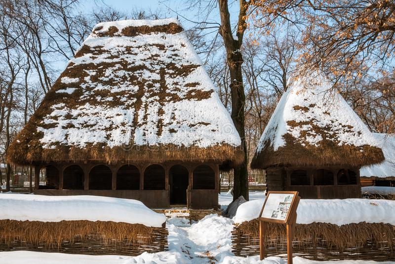 Winterpostkarte vom malerischen rumänischen Dorf-Museum lizenzfreie stockfotos