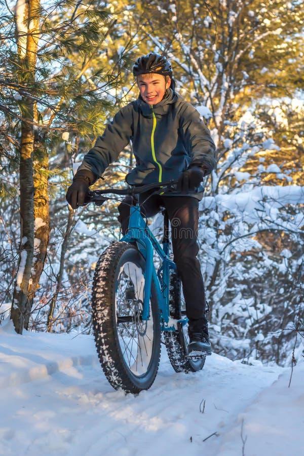 Winterradfahren lizenzfreie stockbilder