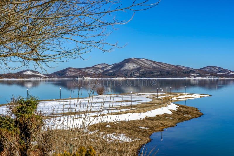 Winters, landschap Zwarte sneeuwberg, duidelijke hemel op meer Plastira bij een de winterdag, Griekenland royalty-vrije stock foto's