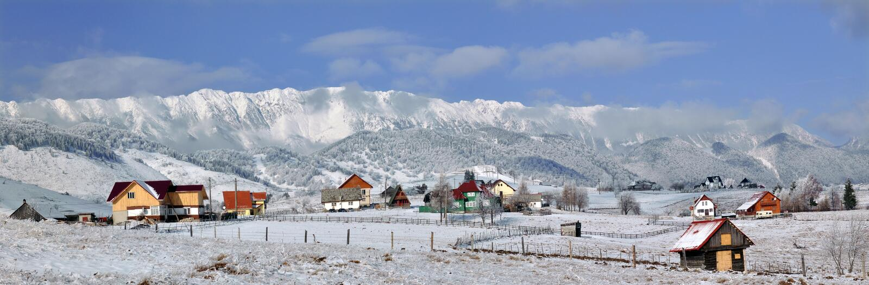 Winters panorama van de Bergen van Piatra Craiului royalty-vrije stock foto's