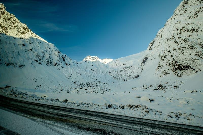Wintersaisonbild des Falles der starken Schneefälle entlang Te Anau zu Milford- Soundlandstraße in Neuseeland stockfotos
