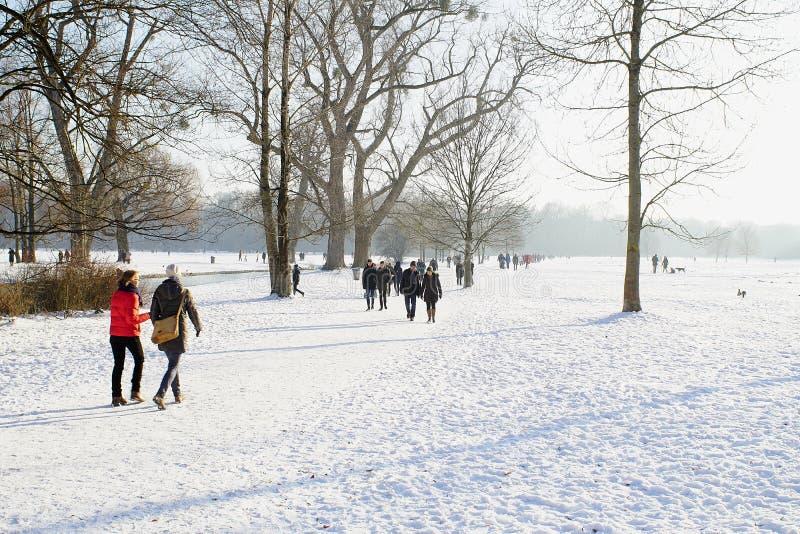 Winterschnee im englischen Garten, München stockfotos