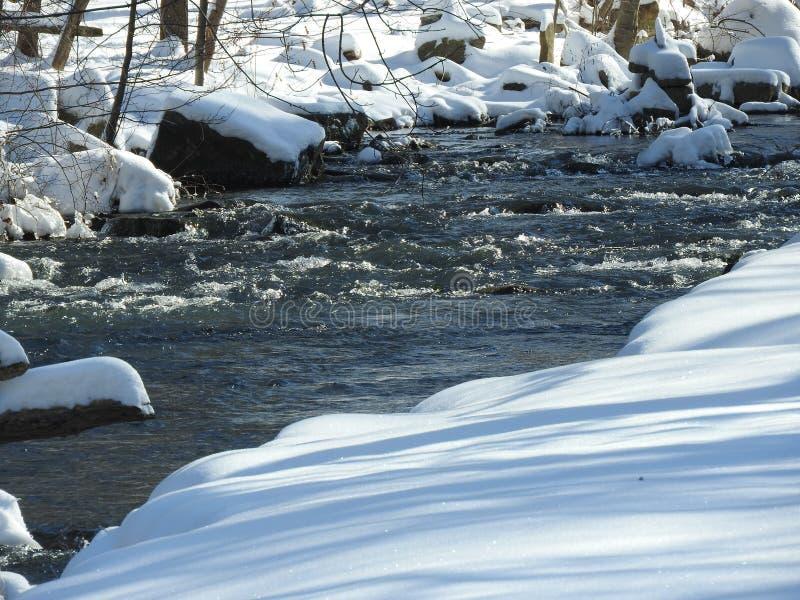 Winterschneeszene mit Strom lizenzfreie stockbilder