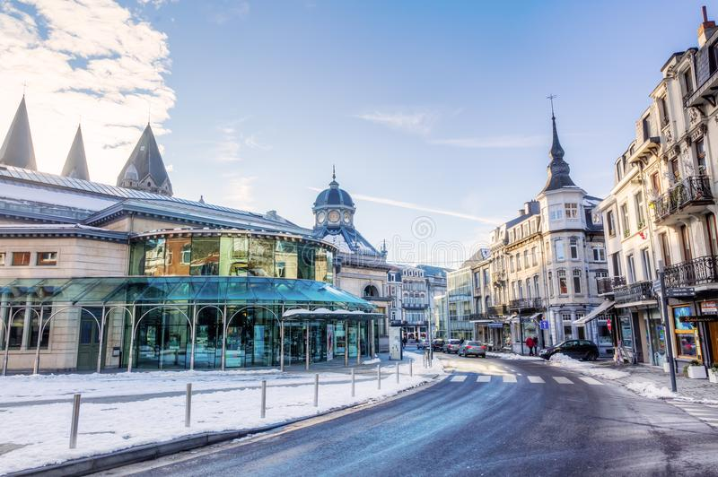 Winterse scène in het centrum van Kuuroord, België stock fotografie