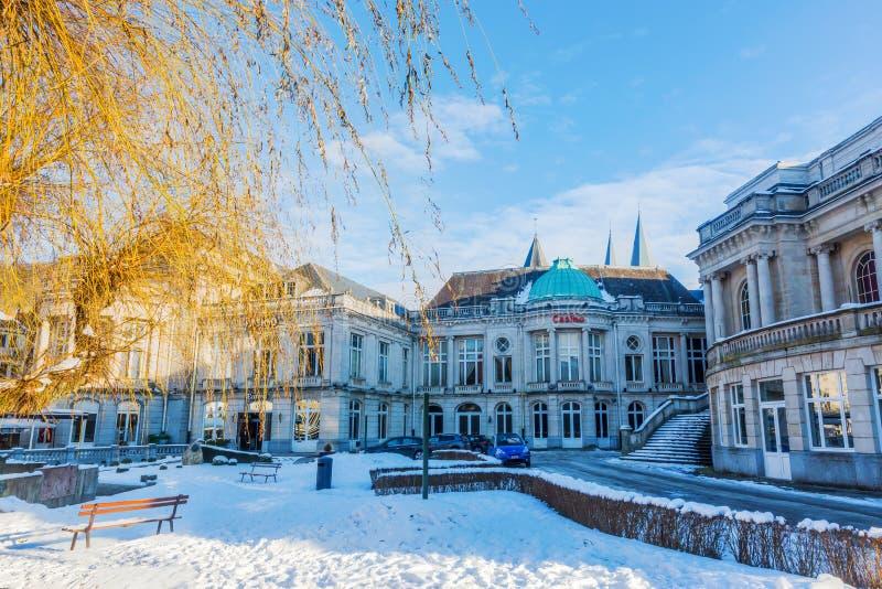 Winterse scène in het centrum van Kuuroord, België stock afbeelding