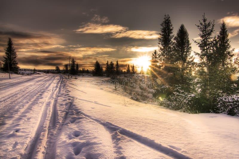 Winterskispur im norwegischen Sonnenuntergang stockfotos
