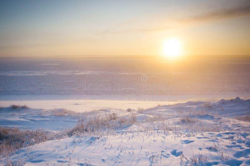 Wintersonnenaufgang über dem Fluss stockbild