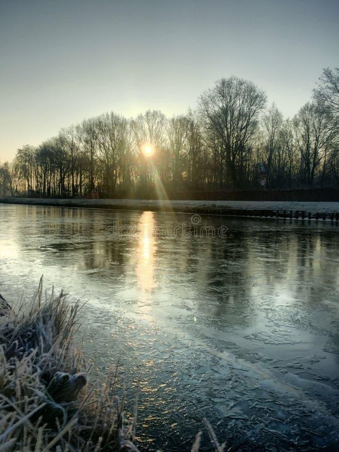 Wintersonnenaufgang über dem Fluss lizenzfreie stockbilder