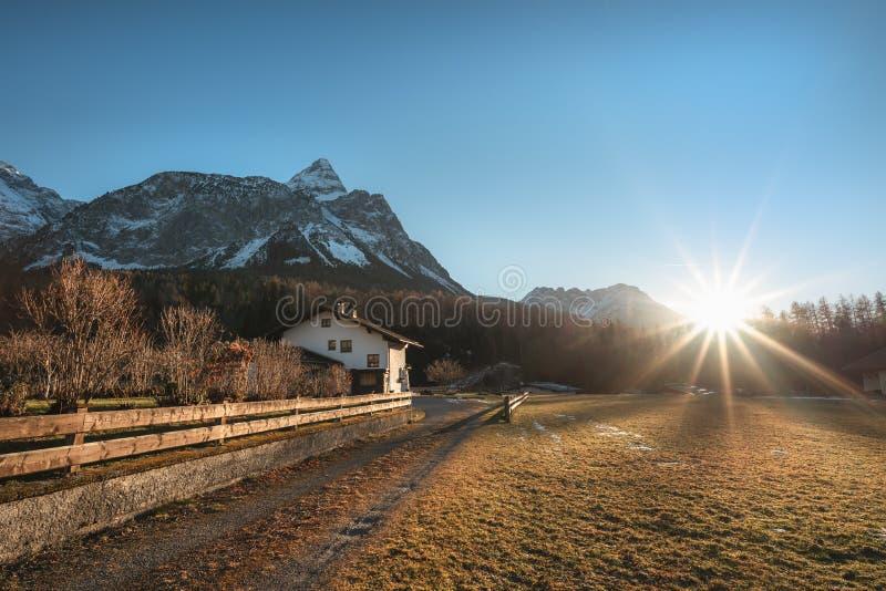 Wintersonnenschein über österreichischen Alpen und Dorf lizenzfreie stockfotos