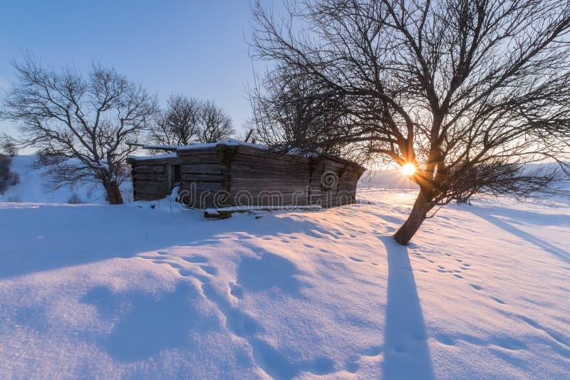 Wintersonnenuntergang an den Gebirgshügeln lizenzfreie stockfotografie