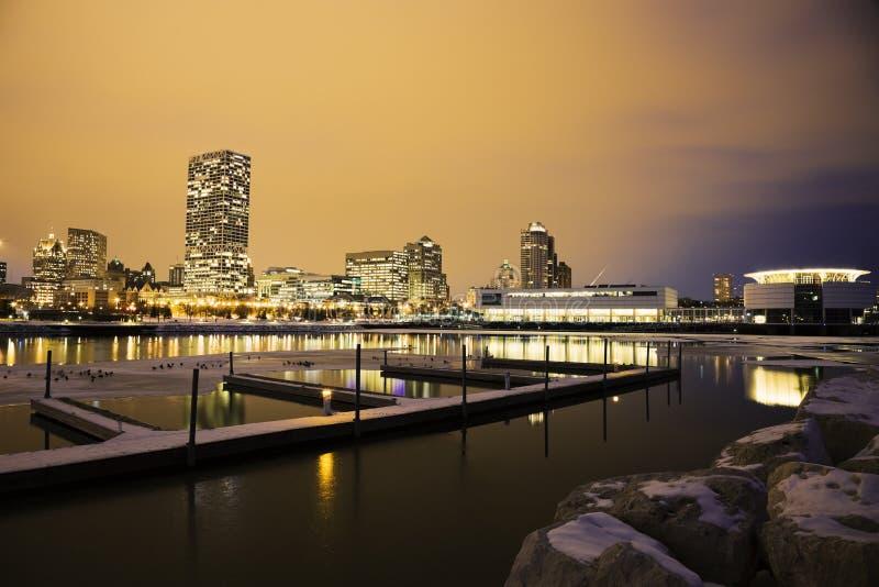 Wintersonnenuntergang in Milwaukee stockfotos