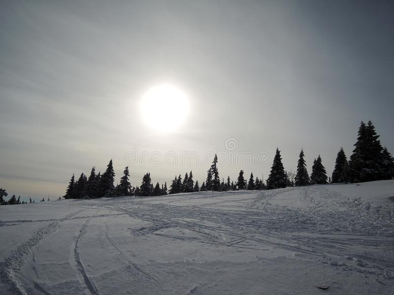 Wintersonnenuntergang Tschechische Republik krkonoÅ ¡ e lizenzfreie stockfotos