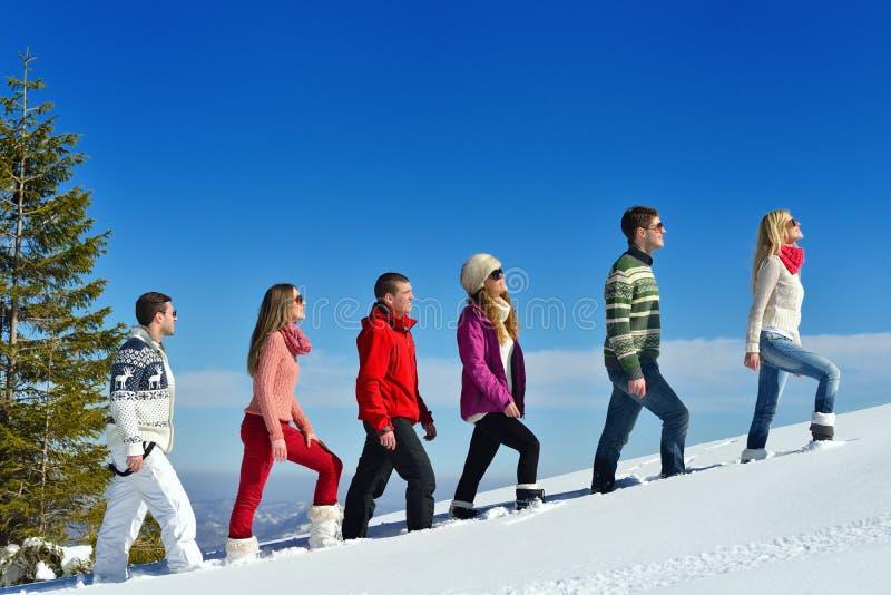 Winterspaß mit Gruppe der jungen Leute stockfotografie