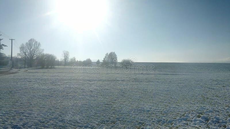 Winterspielplatzsonne im Oktober stockfoto