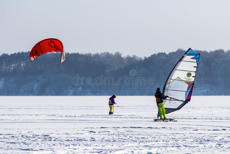Wintersport auf gefrorenem See lizenzfreie stockfotografie