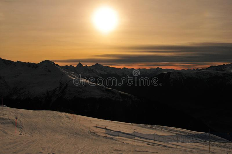 Wintersport Zwitserse Alpen: Berg-panorama van Jakobshorn bij zon stock afbeeldingen