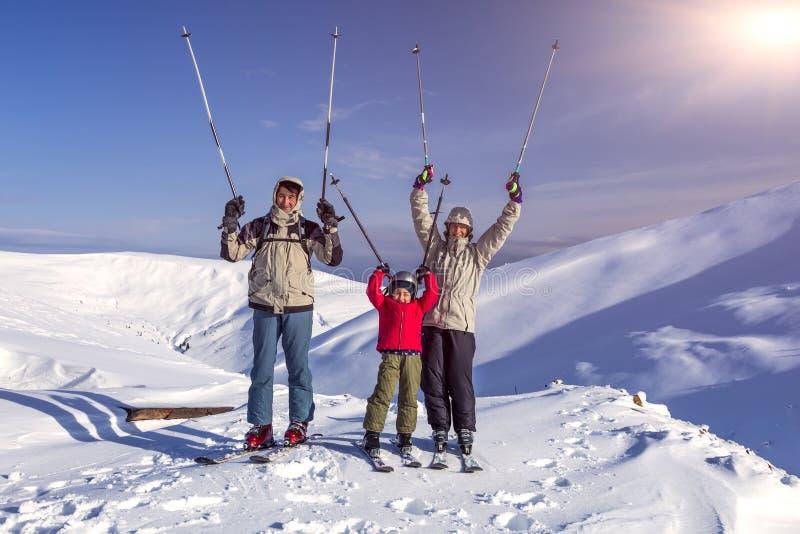 Wintersportfamilie stockfotos