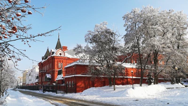 Winterstadtlandschaft an einem sonnigen Tag das Gebäude der Zentralbank der Russischen Föderation übersehend lizenzfreies stockbild