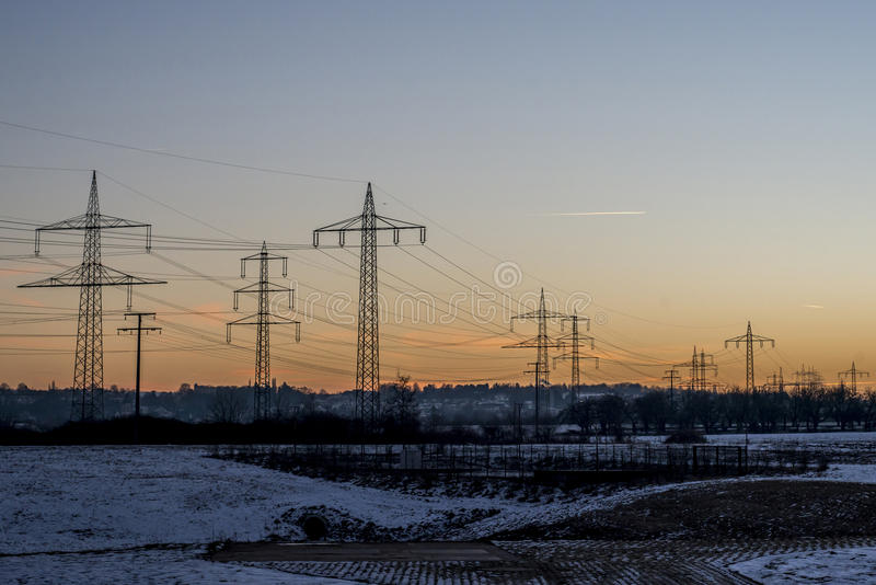 Winterstarkstromleitungssonnenuntergang-Sonnenaufgangdämmerung 5 des Stahlturmlandschaftschnees weiße lizenzfreies stockbild