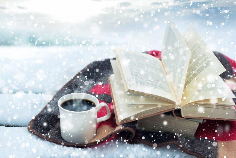 Winterstillleben: Tasse Kaffee und geöffnetes Buch stockfoto