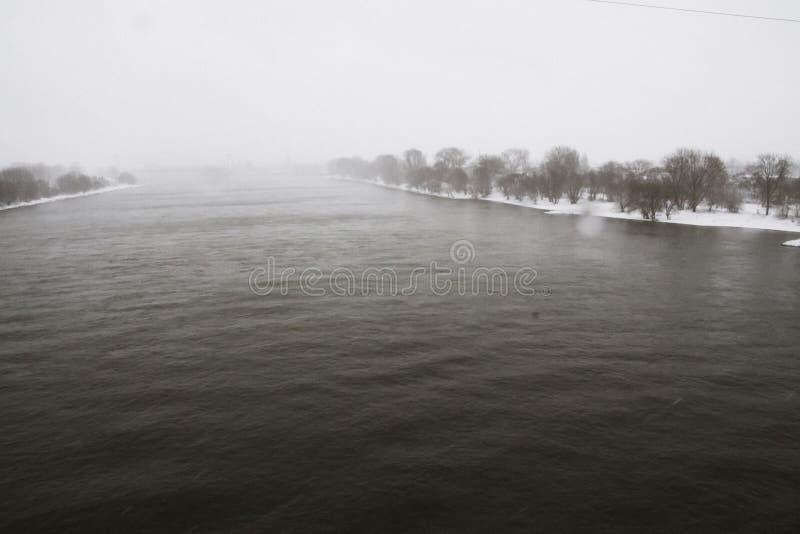 Winterstorm en el río Rhine Alemania imagen de archivo libre de regalías