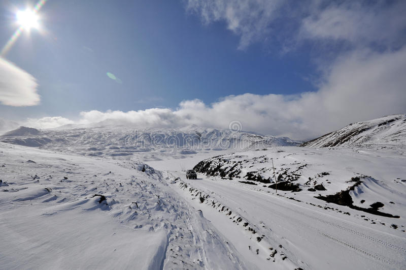 Winterstraße auf Kamchatka stockfoto
