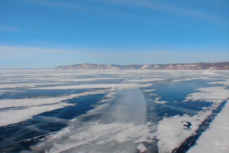 Winterstraße durch den gefrorenen See lizenzfreie stockfotos