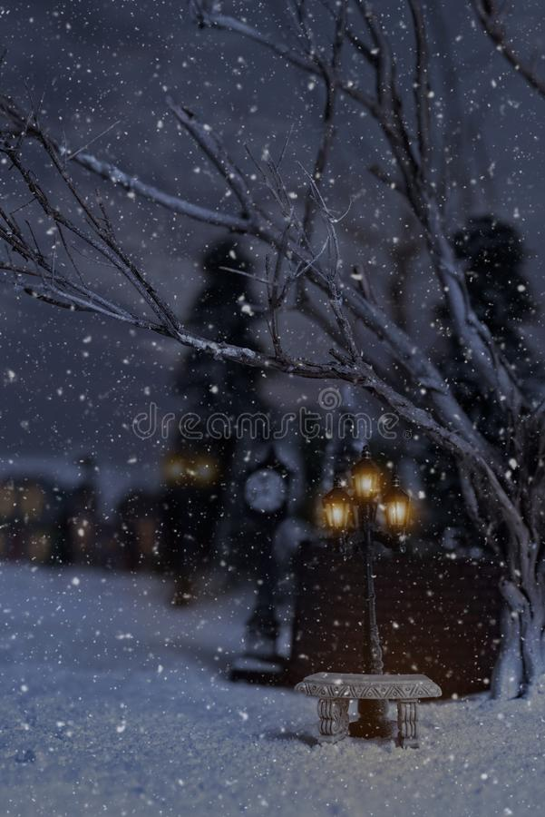 Winterszene mit Steinbank und Straßenlaternen stockbilder