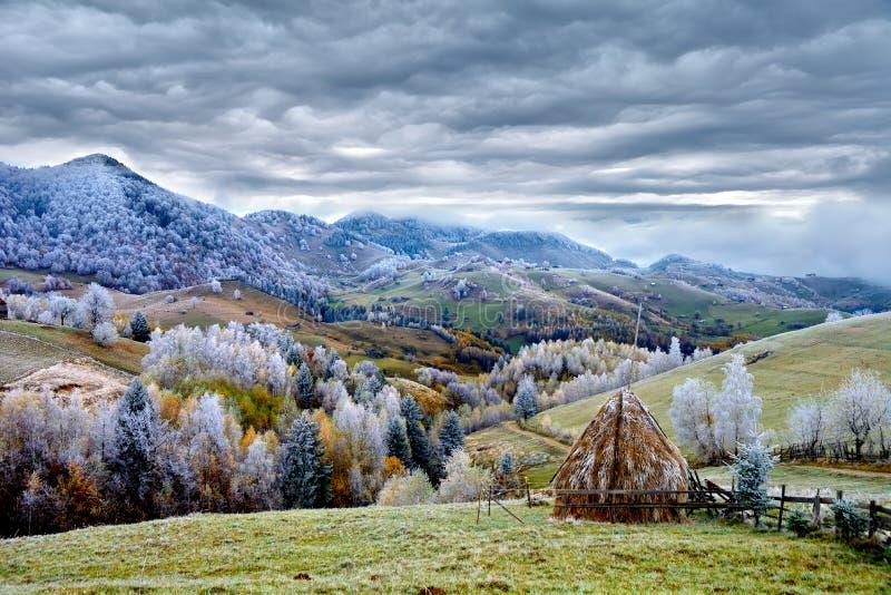 Winterszene in Rumänien, schöne Landschaft von wilden Karpatenbergen lizenzfreie stockfotos