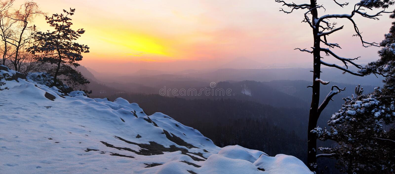 Wintertagesanbruch in den Sandsteinfelsen Böhmisch-sächsischen die Schweiz-Parks. Ansicht von der Felsenspitze über Tal. stockbild