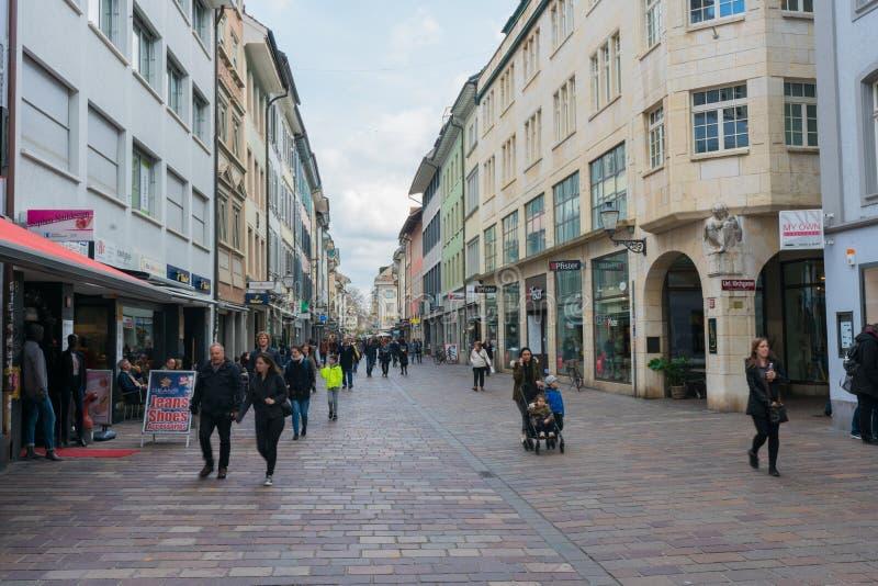Winterthur, ZH/Швейцария - 8-ое апреля 2019: толкотня и суматоха исторической ул стоковые фотографии rf