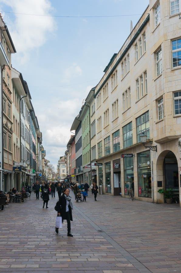 Winterthur, ZH/Швейцария - 8-ое апреля 2019: толкотня и суматоха исторической ул стоковая фотография