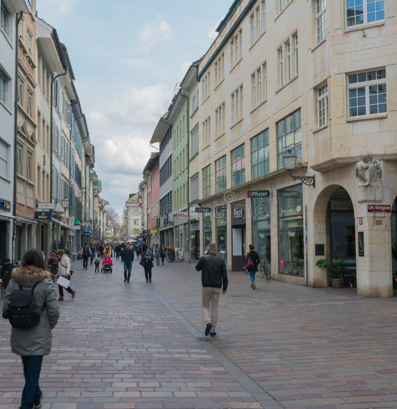 Winterthur, ZH/Швейцария - 8-ое апреля 2019: толкотня и суматоха исторической ул стоковое изображение rf