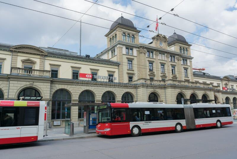 Winterthur, ZH/Suíça - 8 de abril de 2019: Estação de caminhos de ferro de Winterthur com os ônibus da cidade que esperam na fotos de stock