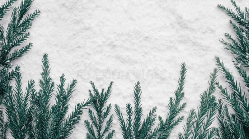 Wintertijd, de ideeën van Kerstmisconcepten met pijnboomboom en sneeuw royalty-vrije stock afbeeldingen