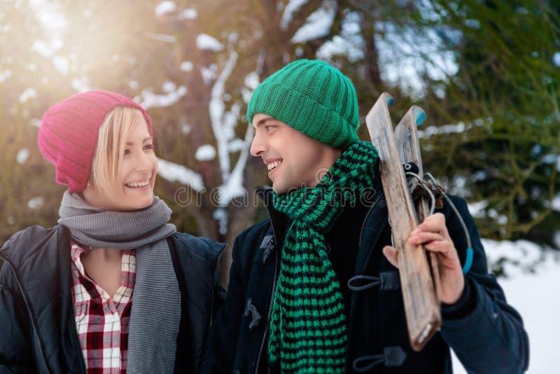 Wintertijd lopend paar royalty-vrije stock foto's