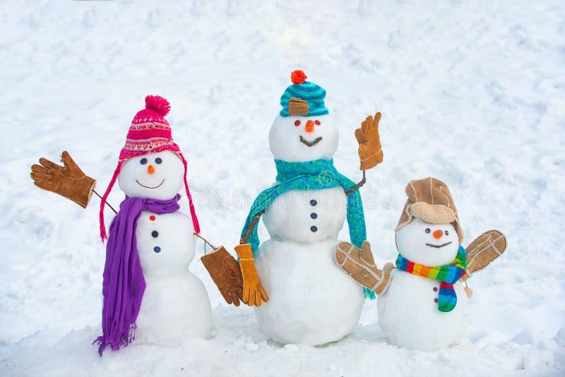 Wintertijd Snowmen Kerstachtergrond met sneeuwman Kerstsneeuwpop dichtbij Snowman in sneeuw stock afbeeldingen