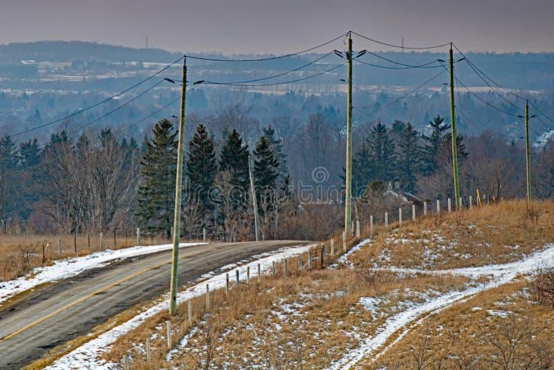 Wintertime на задней дороге в загородной местности стоковое изображение rf