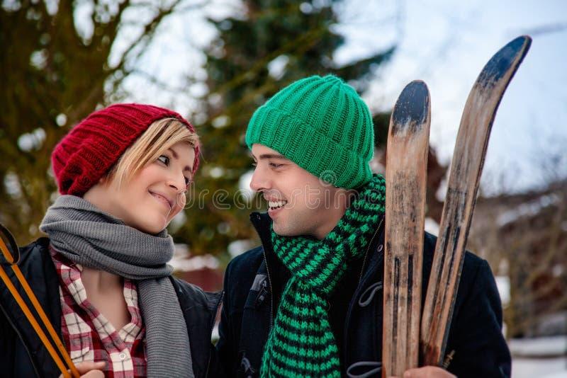 Wintertime odprowadzenia para fotografia royalty free