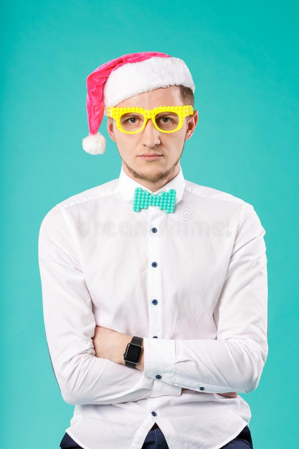 Winterurlaub-Bürofirmenmitarbeiter Thema des neuen Jahres Weihnachts kaukasisches männliches Geschäft des Porträts lustige Santa  stockfotos