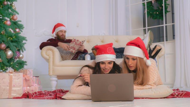 Winterurlaub der Familie zu Hause stockfoto