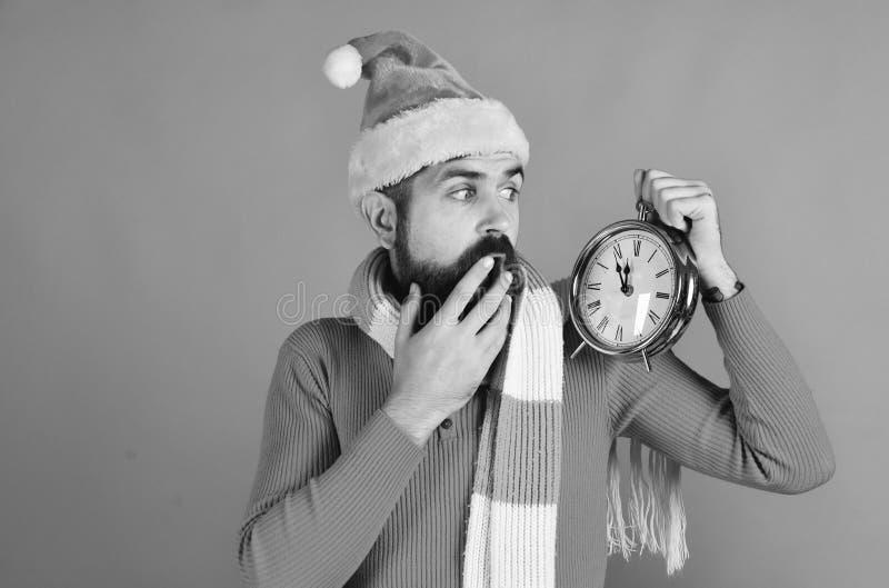 Winterurlaub und Count-downkonzept Santa Claus wartet auf Mitternacht stockbilder