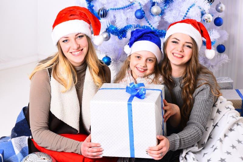 Winterurlaub und Parteikonzept Familie oder Freunde in den Hüten stockfoto