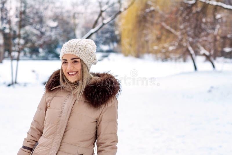 """Winterurlaub-, Weihnachts- und Leutekonzept †""""schönes woma lizenzfreie stockbilder"""