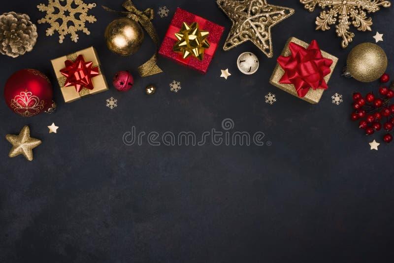 Winterurlaubdekoration mit traditionellen Weihnachtsgegenständen und Kopienraum stockfoto